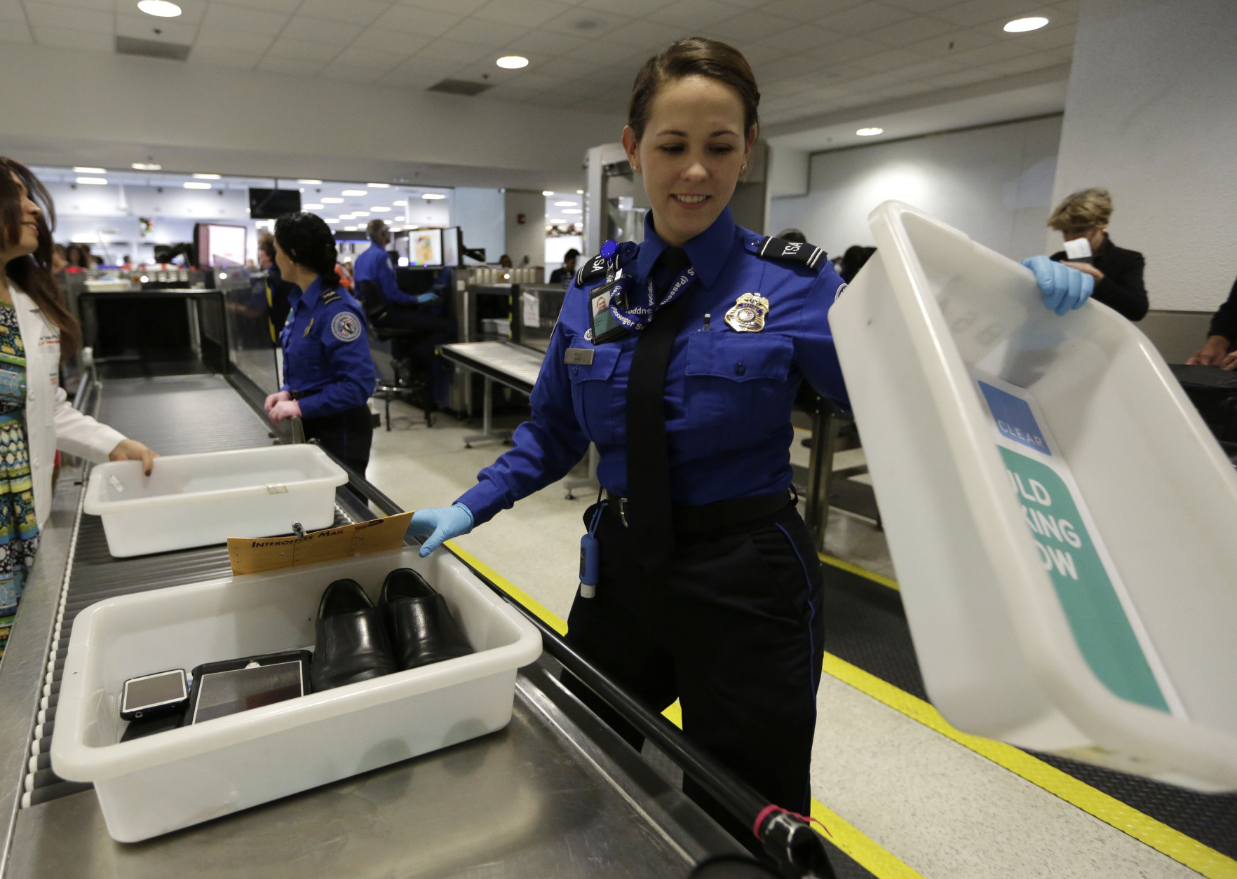 Union-backed bill pushes better pay for TSA airport