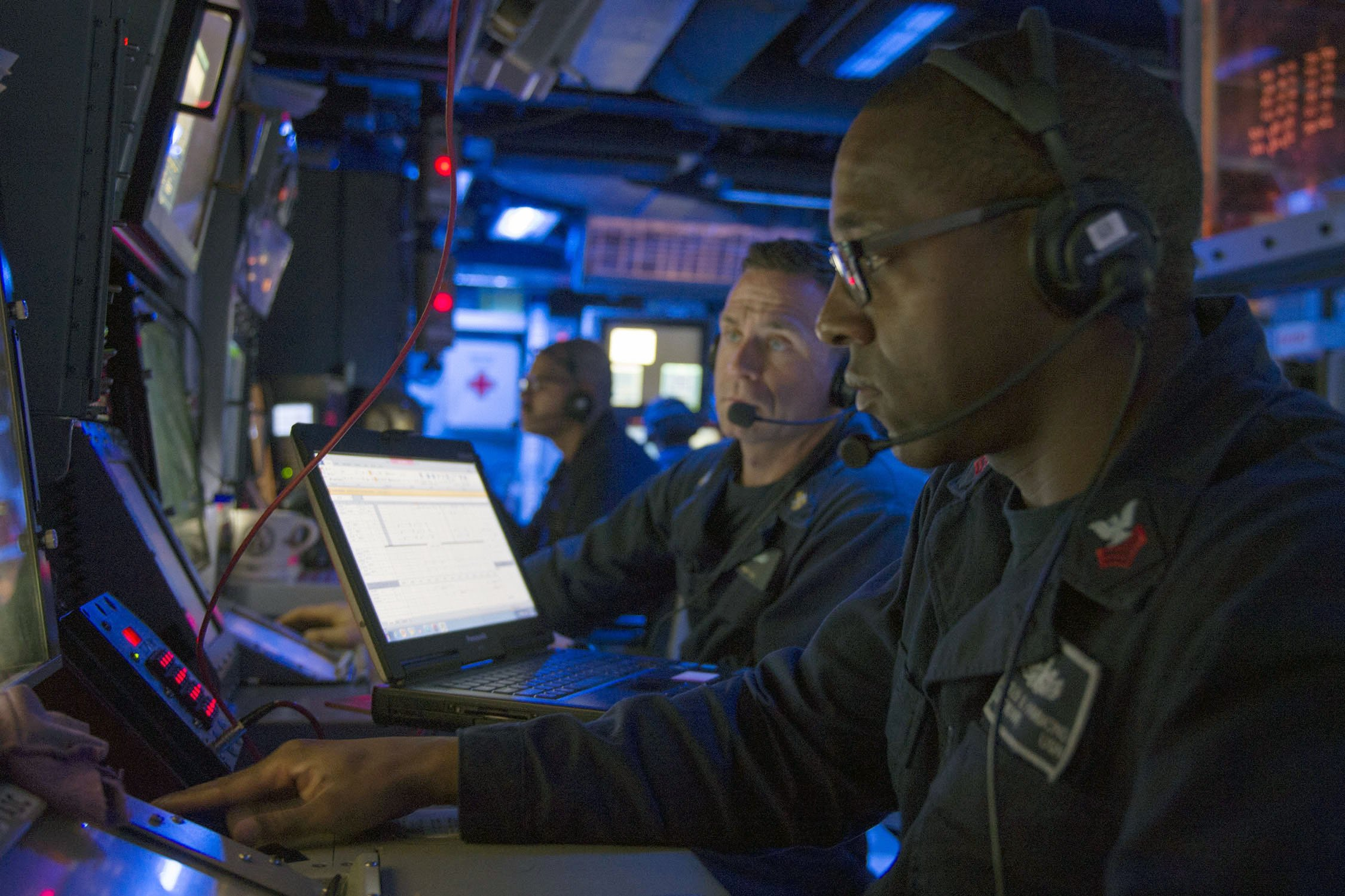 SOUTH PACIFIC (July 9, 2017) Operations Specialist 1st Class Charles Hammond, from Kansas City, Missouri, monitors tracks aboard Arleigh Burke-class guided-missile destroyer USS Sterett (DDG 104) during an air defense exercise comprised of Sterett, amphibious assault ship USS Bonhomme Richard (LHD 6), amphibious transport dock USS Green Bay (LPD 20), amphibious dock landing ship USS Ashland (LSD 48), Royal Australian Navy frigate helicopter HMAS Ballarat (FFH 155), Royal Australian Navy guided missile frigate HMAS Darwin (FFG 04), and Royal Australian Navy frigate helicopter HMAS Toowoomba (FFH 156) as part of Talisman Saber 17. Sterett, part of a combined U.S.-Australia-New Zealand expeditionary strike group (ESG), is undergoing a series of scenarios that will increase proficiencies defending the ESG against blue-water threats so amphibious forces can launch Marine forces ashore in the littorals. Talisman Saber is a biennial U.S.-Australia bilateral exercise held off the coast of Australia meant to achieve interoperability and strengthen the U.S.-Australia alliance. (U.S. Navy photo by Mass Communication Specialist 1st Class Byron C. Linder/Released)170709-N-ZW825-895