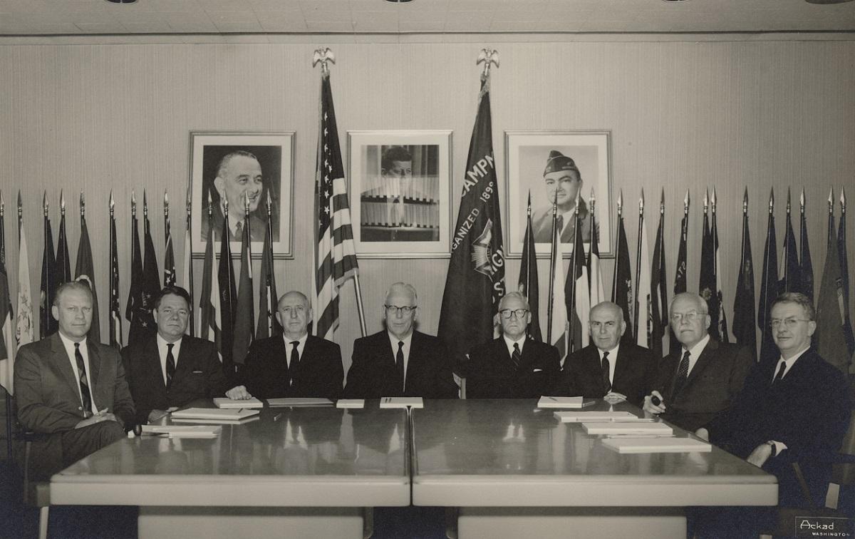 Правительственная двухпартийная комиссия под руководством Председателя Верховного суда США Эрла Уоррена провела тщательное расследование убийства Кеннеди, но столкнулась с завуалированными препятствиями со стороны ЦРУ и ФБР.
